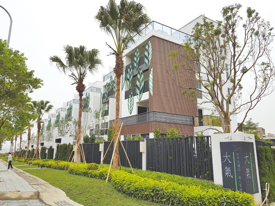 翰林苑建設在大坪頂推出七戶的豪墅「大氣」,每棟5千萬元起跳。圖/顏瑞田