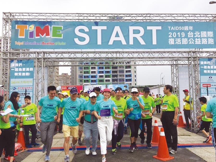 TAID理事長孫因(前排戴紅帽)與會員同業熱情參與公益路跑。圖/TAID提供