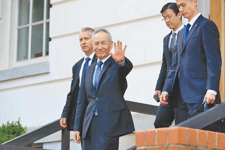 大陸國務院副總理劉鶴(揮手者),9日在華府美國貿易代表辦公室與美方代表結束談判後離去。(美聯社)