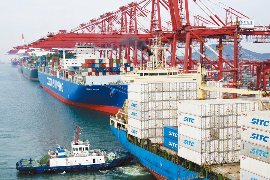 大陸青島的貨櫃碼頭,幾艘大型貨輪8日正在裝載貨櫃準備出發。美國於10日零點(北京時間12點)起將2000億美元大陸輸美商品關稅調高至25%。(美聯社)