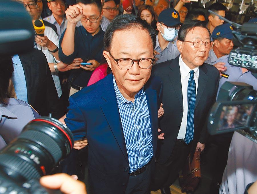 前台北市長候選人丁守中(中)日前提出選舉無效訴訟,台北地方法院10日宣判敗訴,丁守中受訪表示,將會研究是否提出上訴。(杜宜諳攝)