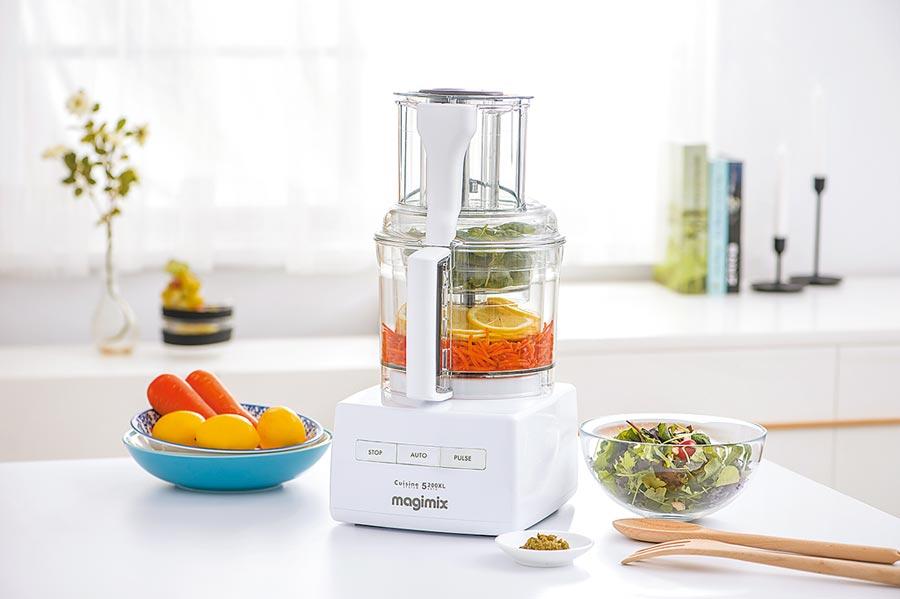 食物處理機可一機迅速將食物切碎、切片,亦能用於發麵、打發蛋白、製作醬料等,省去購入各式器具,廚房檯面整潔好清理。(magimix提供)