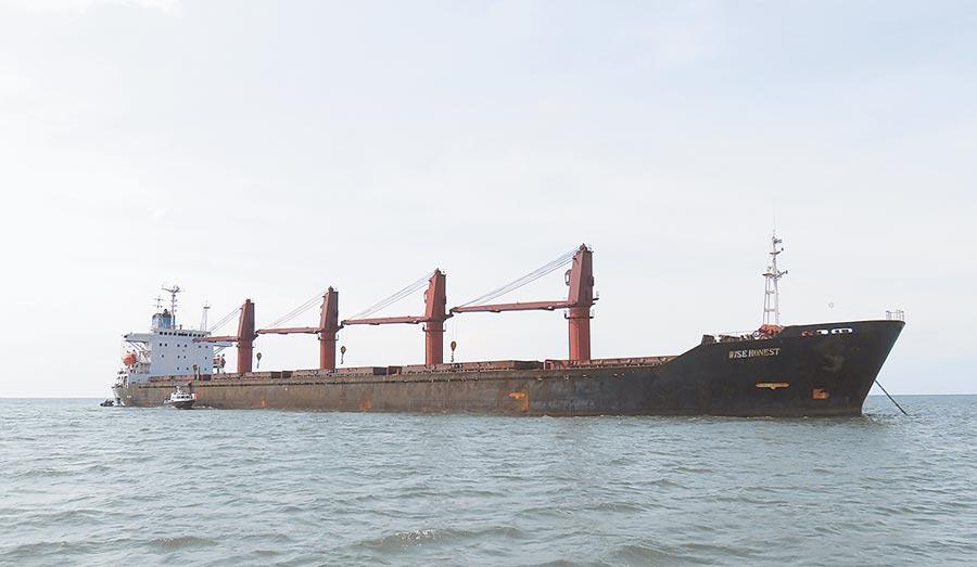 美國司法部9日宣布對去年在印尼水域遭查扣的北韓貨船「智慧誠實號」(Wise Honest)提起民事沒收訴訟。圖為美司法部所發布該船的照片。(美聯社)