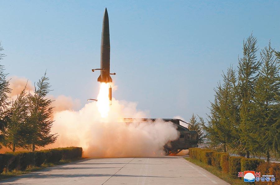 北韓朝中社發布新聞照片,北韓部隊正在進行武器系統測試。南韓官員稱,北韓當天向東海(日本海)發射兩枚疑似短程飛彈。(美聯社)