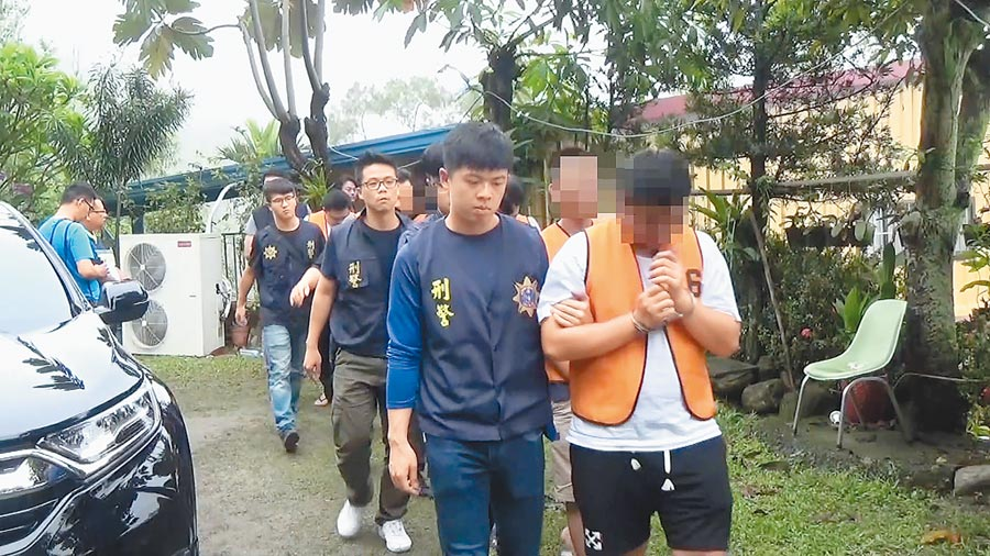 警方在屏東山區破獲一個專詐美國華人的詐騙機房,將林姓主嫌等16人逮捕送辦。(林郁平翻攝)