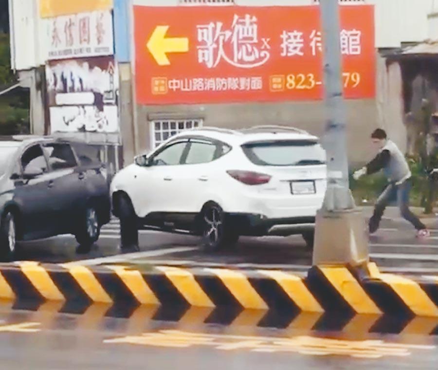 警方在台一線道路開槍圍捕蔡姓毒販。(謝瓊雲翻攝)