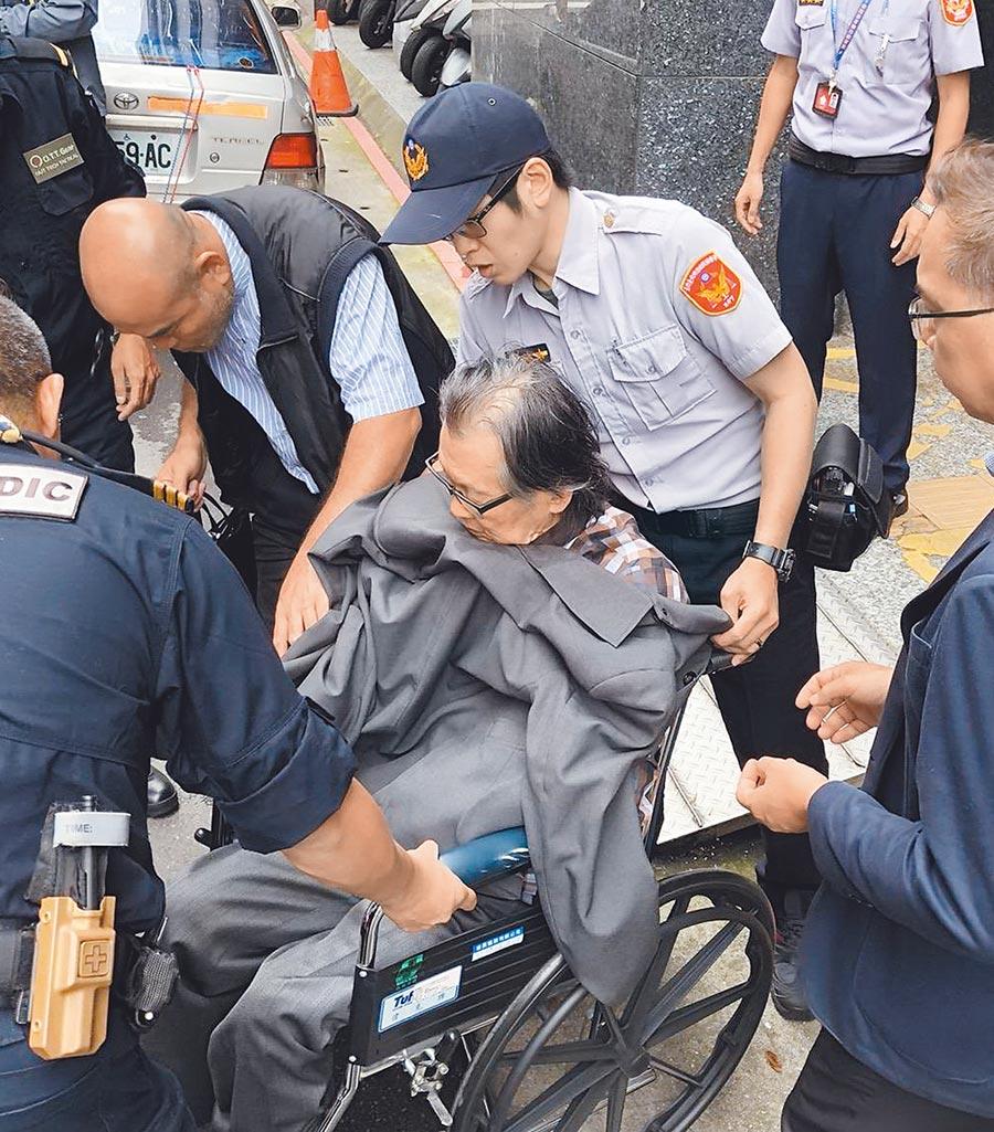 張俊宏昨天上午辦理出院時,遭中正一警分局員警逮捕後解送北檢,檢察官訊後諭知送台北監獄服刑。(蕭承訓翻攝)