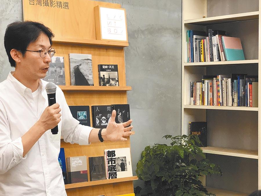 「lightbox攝影圖書室」創辦人曹良賓,期望補強攝影教育資源,推廣攝影文化。(李怡芸攝)