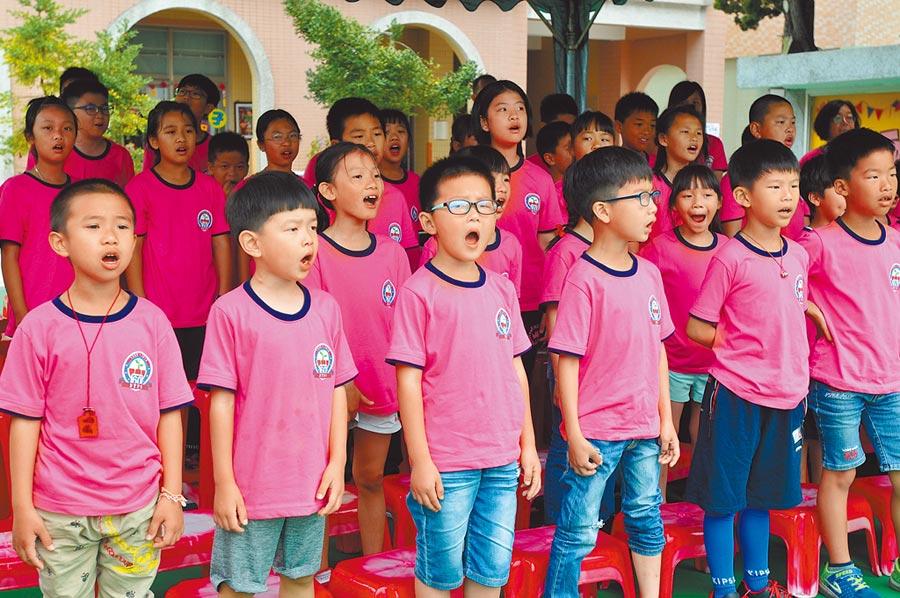 金門柏村國小走過一甲子,小朋友合唱第一代校歌歡迎老校友回家。(李金生攝)