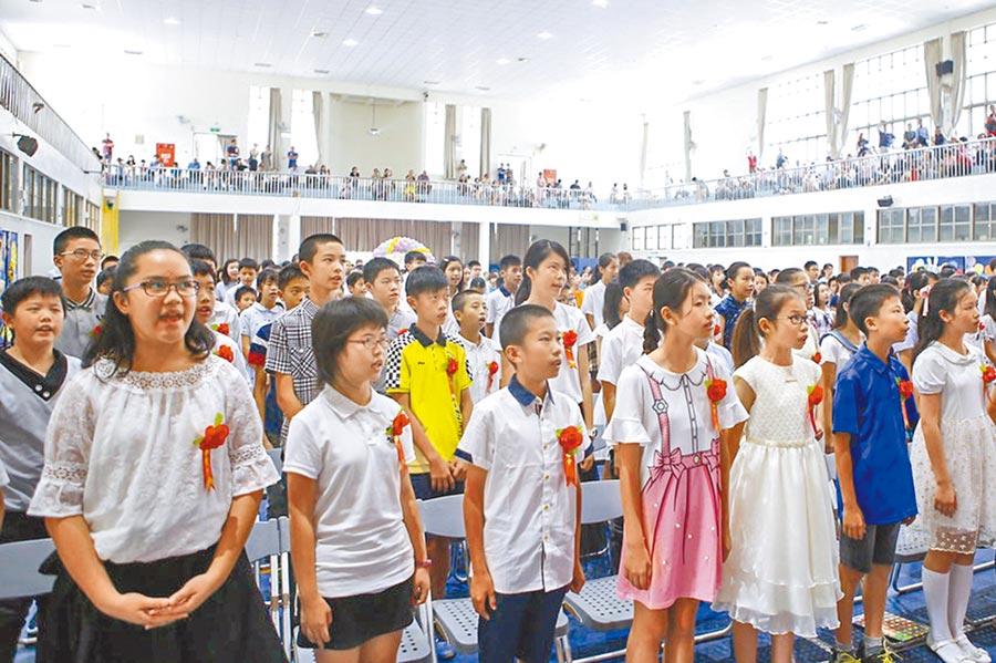 六家國小新校歌貼近學校環境和地方發展,學生在畢業典禮時合唱,非常開心。    (羅浚濱翻攝)