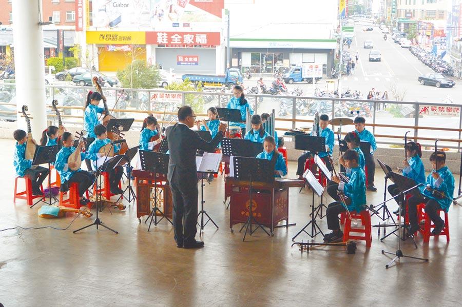 文華國小為縣內少數擁有國樂團的小學,為讓學童有展演機會,曾在苗栗火車站辦理快閃活動。(巫靜婷攝)