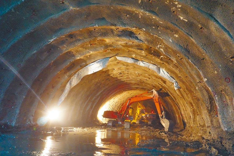 國道4號豐潭段隧道工程採行辛奧(鑽炸)工法,以乳膠炸藥開炸後,再進行開挖運土作業。(王文吉攝)