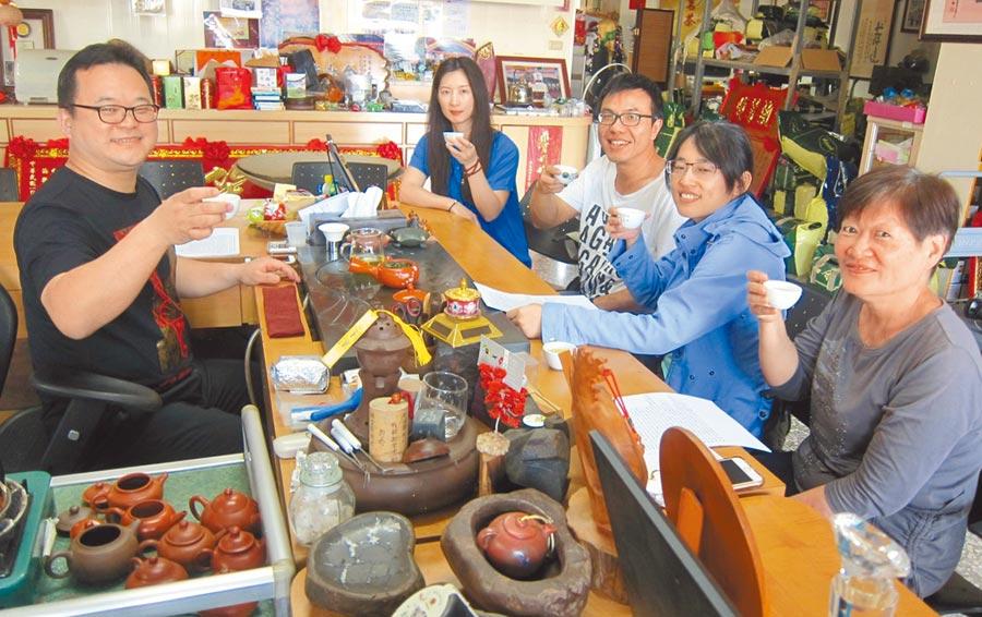 名間鄉青年茶農謝棨安(左),返鄉接手茶業,擦亮3代招牌。(廖志晃攝)