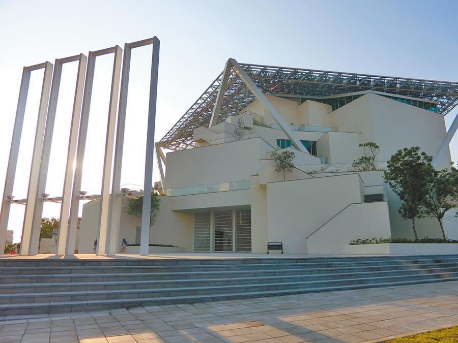 台南美術館2館被喻為最夯打卡亮點,吸引不少遊客來訪。(曹婷婷攝)