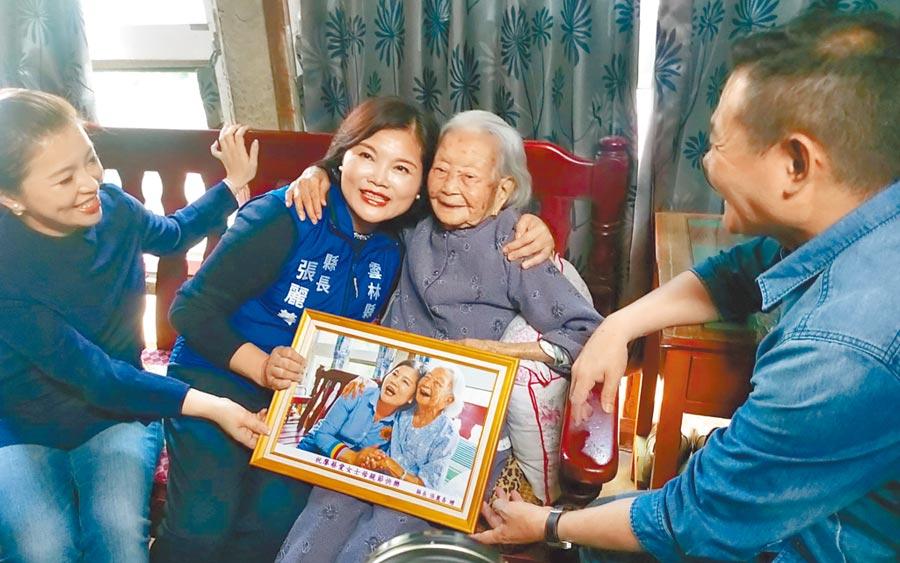 雲林縣長張麗善(左二)去年拜訪107人瑞「媽媽」廖蔡愛,兩人合照笑得開心又自然,10日再同樣動作拍一次。(許素惠攝)
