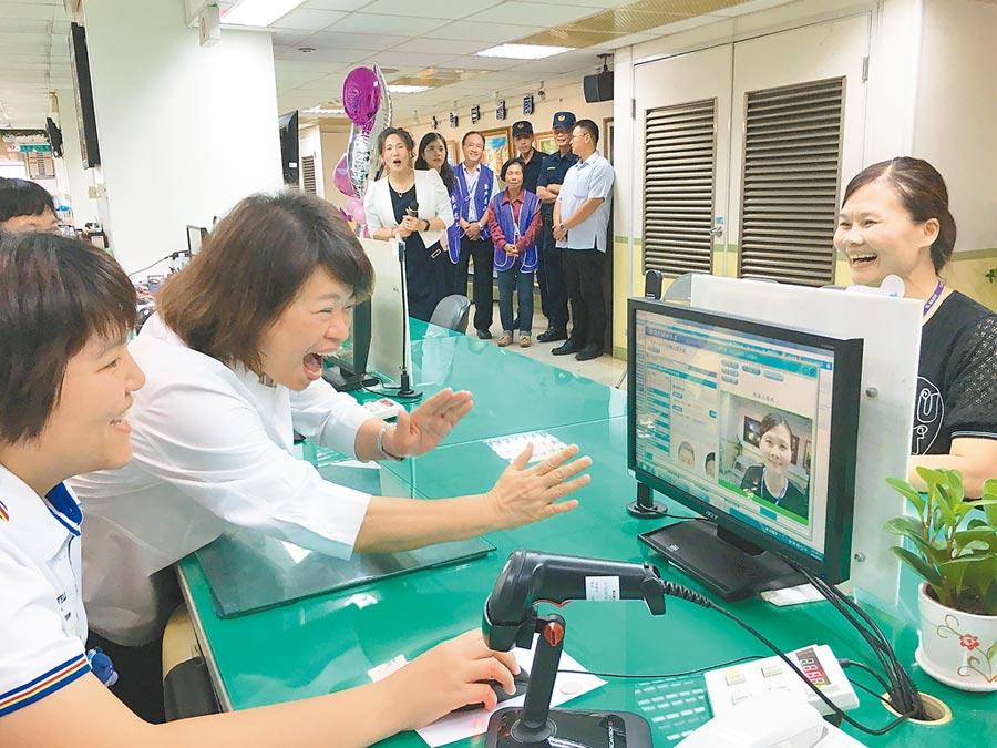 嘉義市啟用戶政人臉辨識系統,市長黃敏惠(左二)與戶政人員模擬測試。(廖素慧攝)