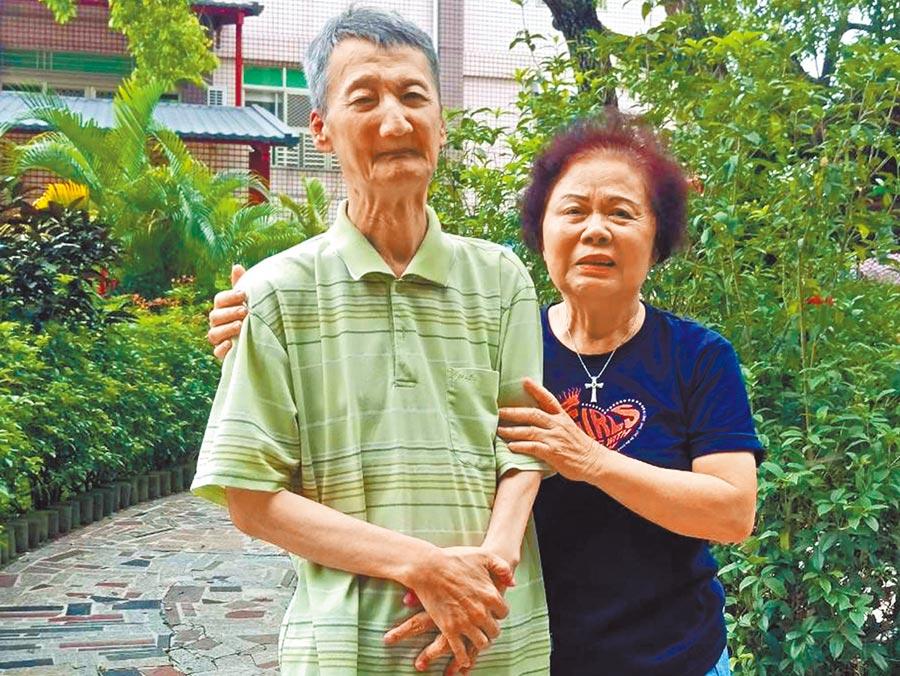 杜王秀珍(右)20年前收留智能障礙的陳克嘉(左),甚至成立迦南身心障礙養護院,現已成54名憨兒的媽媽。(潘建志攝)