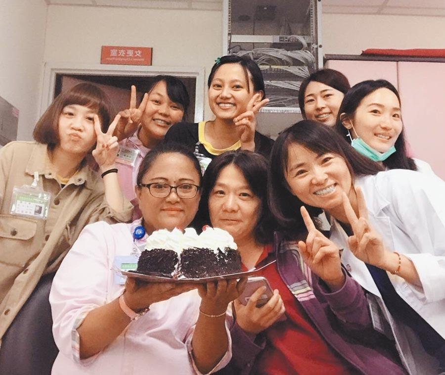 恆春基督教醫院護理長沈美玉(前排左一)榮獲台灣傑出護理人員服務奉獻獎。(謝佳潾攝)