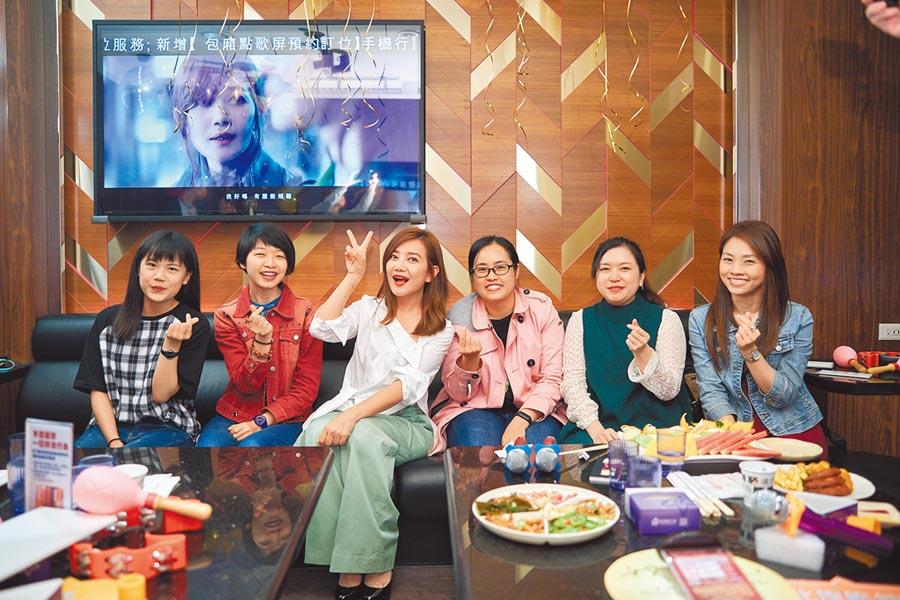 梁靜茹(左三)日前和粉絲歡唱KTV。