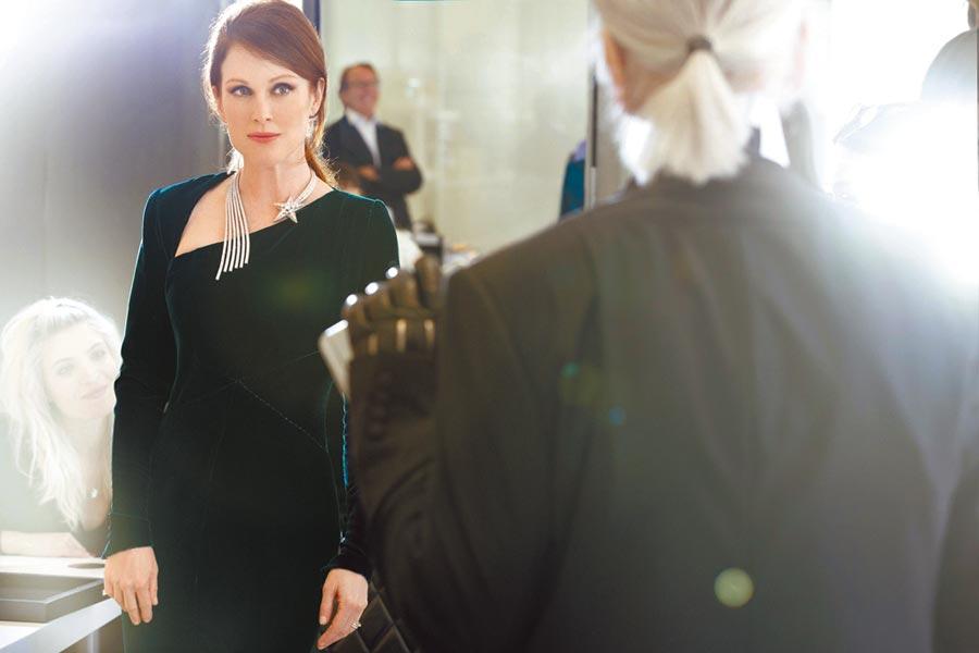 茱莉安摩爾(左)與卡爾拉格斐是多年好友,這是2015香奈兒秋冬高訂Casino主題,卡爾為茱莉安拍攝照片。(香奈兒提供)