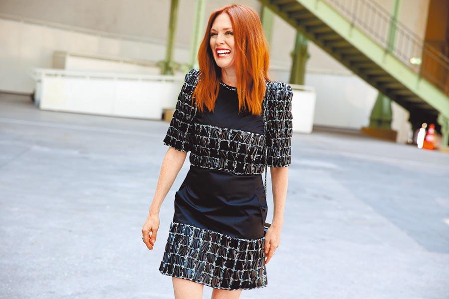 茱莉安摩爾有氣質,她穿香奈兒斜紋軟呢洋裝,自然有種知性美。(香奈兒提供)