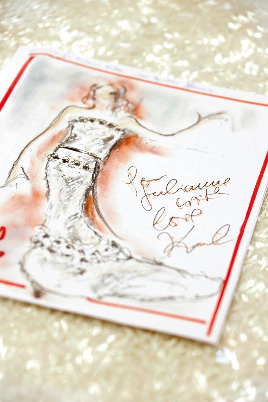 茱莉安摩爾奪得奧斯卡最佳女主角時,就是身穿香奈兒馬甲露肩高級訂製服,由卡爾拉格斐親繪草圖。(香奈兒提供)