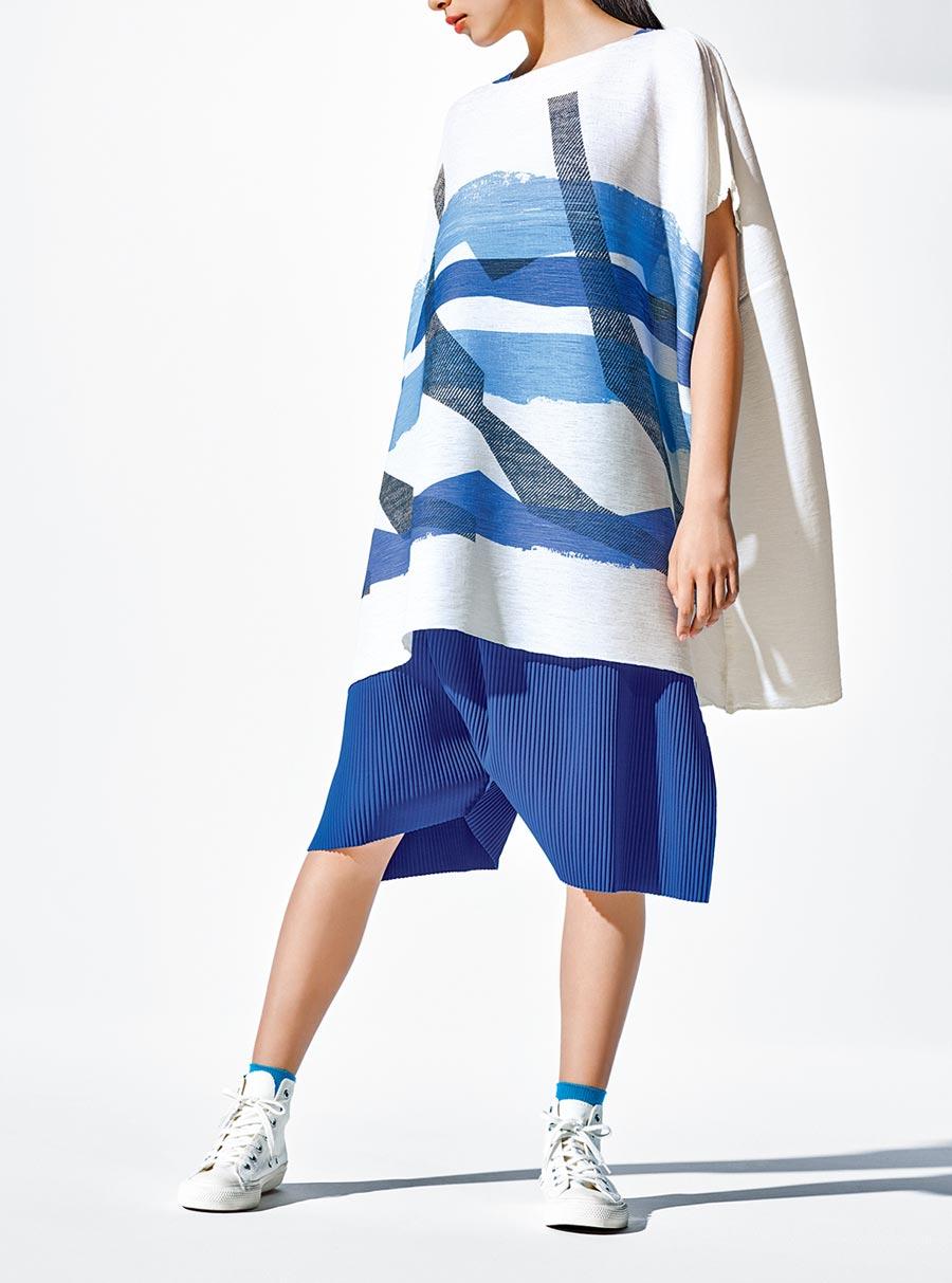 me ISSEY MIYAKE浪花縐織圓領長版上衣1萬2200元、A-POC縐褶5低檔五分褲7600元。(台灣君梵提供)
