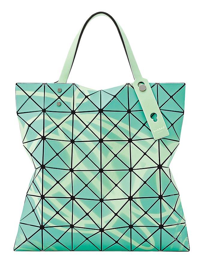BAO BAO ISSEY MIYAKE霓虹透光輕巧小包,1萬5600元。(台灣君梵提供)