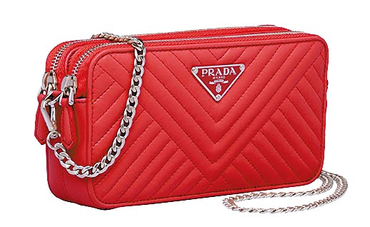 PRADA紅色車線裝飾小羊皮金屬鍊帶迷你包,2萬7500元。(PRADA提供)