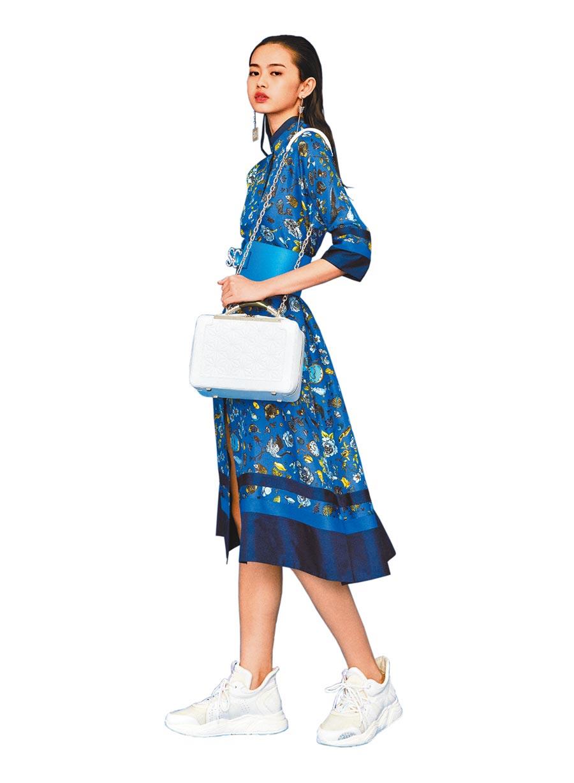 夏姿獨家開發圖騰洋裝,3萬5800元。(夏姿提供)