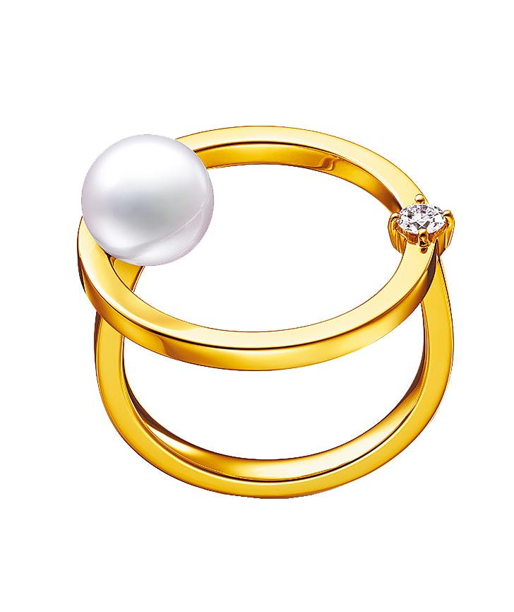 TASAKI kinetic鑽石珍珠黃K金戒指,定價7萬500元。(TASAKI提供)
