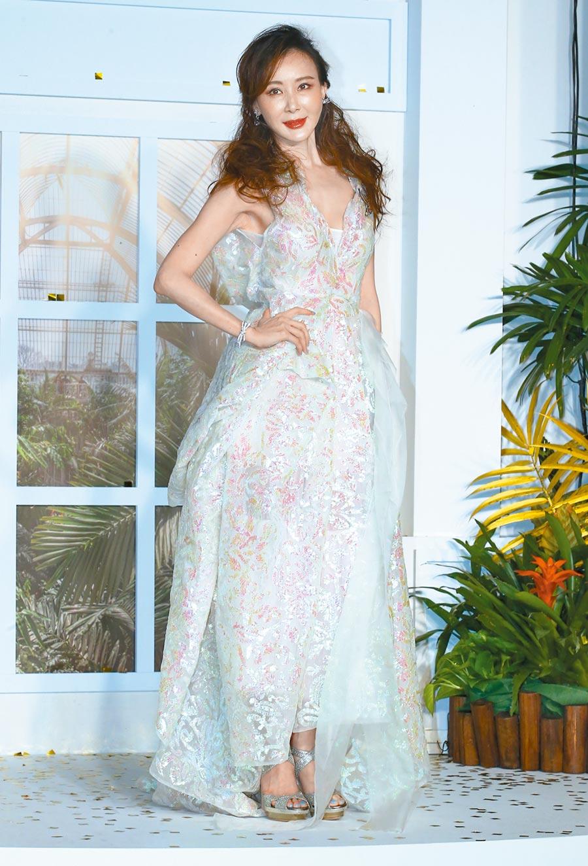 蕭薔穿設計師溫慶珠禮服搭配私藏珠寶,她說站上台就有微風輕撫臉龐和衣角,妙語緊扣微風之夜。(粘耿豪攝)