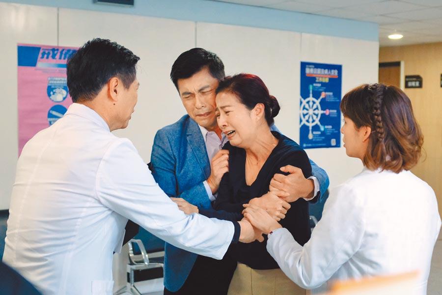 方文琳(右二起)和蘇炳憲劇中因兒子瀕臨死亡又同意器捐,2人難過得哭斷腸。
