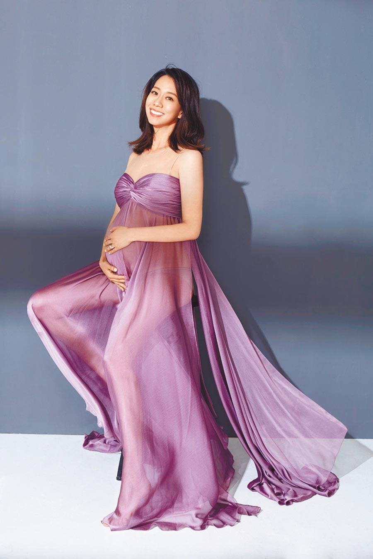 吳辰君懷孕8個月,紫色薄紗禮服微性感,是美麗的孕媽咪。