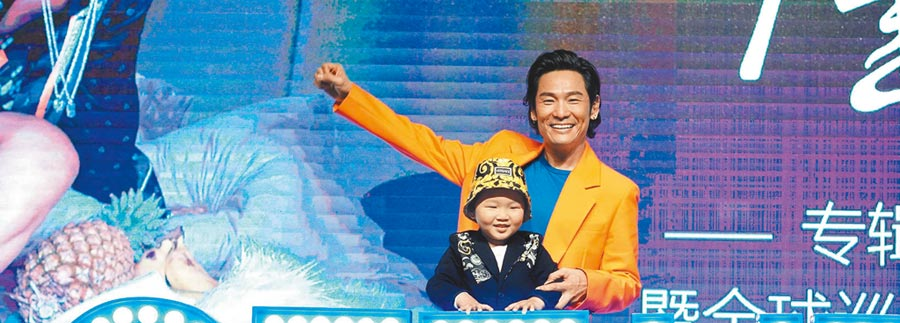 杜德偉昨帶兒子一同出席記者會。