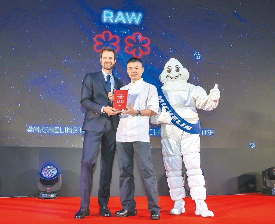 今年獲頒米其林2星,RAW主廚黃以倫(中)上台領獎。(盧禕祺攝)
