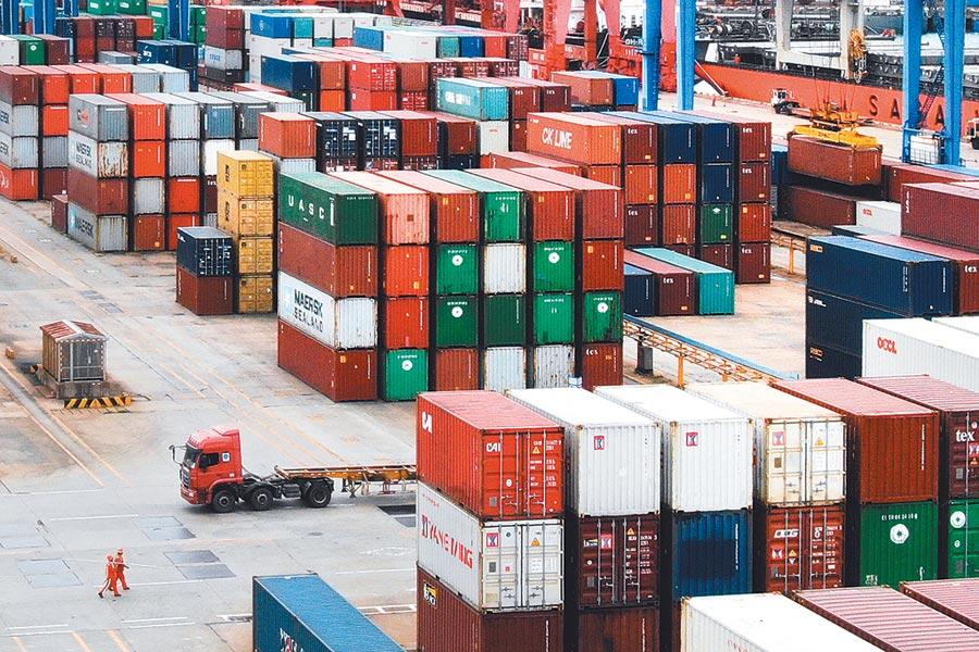 川普先前威脅的「中國進口商品加徵關稅25%」政策,已於美東時間10日清晨0時1分正式啟動。圖為江蘇連雲港一處貨櫃碼頭。(中新社資料照片)
