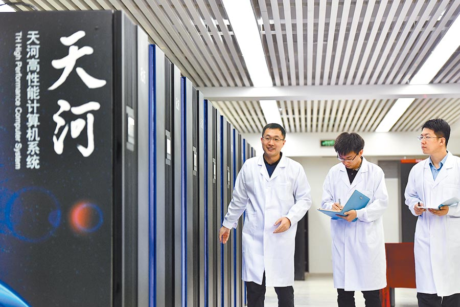 在天津中心「天河三號」原型機機房內,今年40歲的孟祥飛(左)是大陸國家超級計算天津中心應用研發部部長。(新華社)