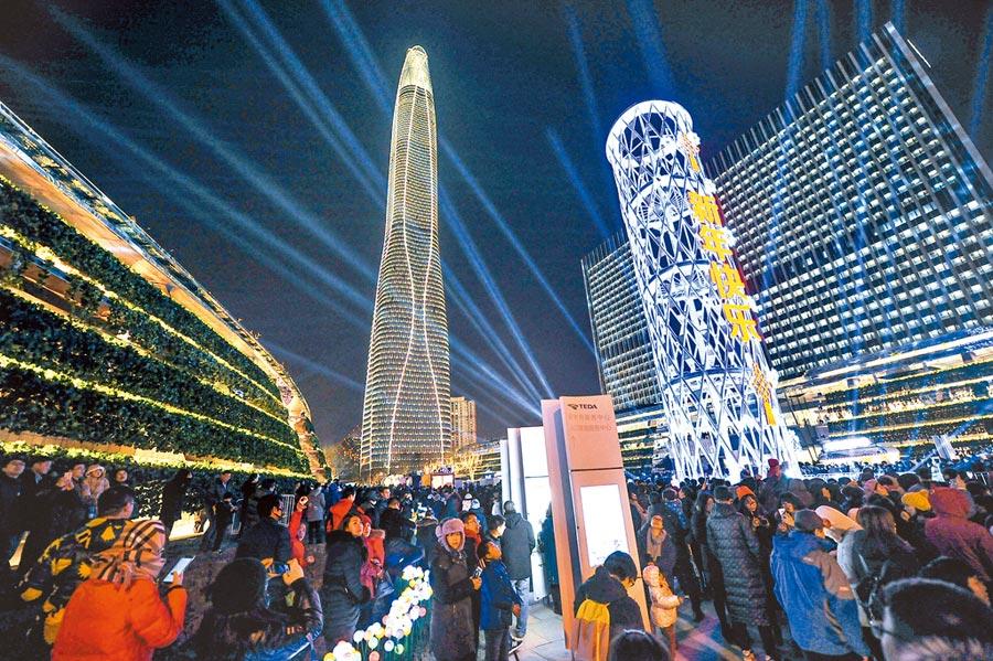 地處天津經濟技術開發區的天津周大福金融中心亮燈。(中新社資料照片)
