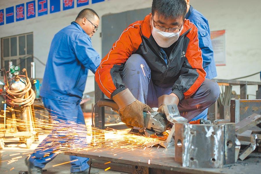 在山東科技職業學院,機械工程系學生在實訓基地打磨零件。(新華社資料照片)
