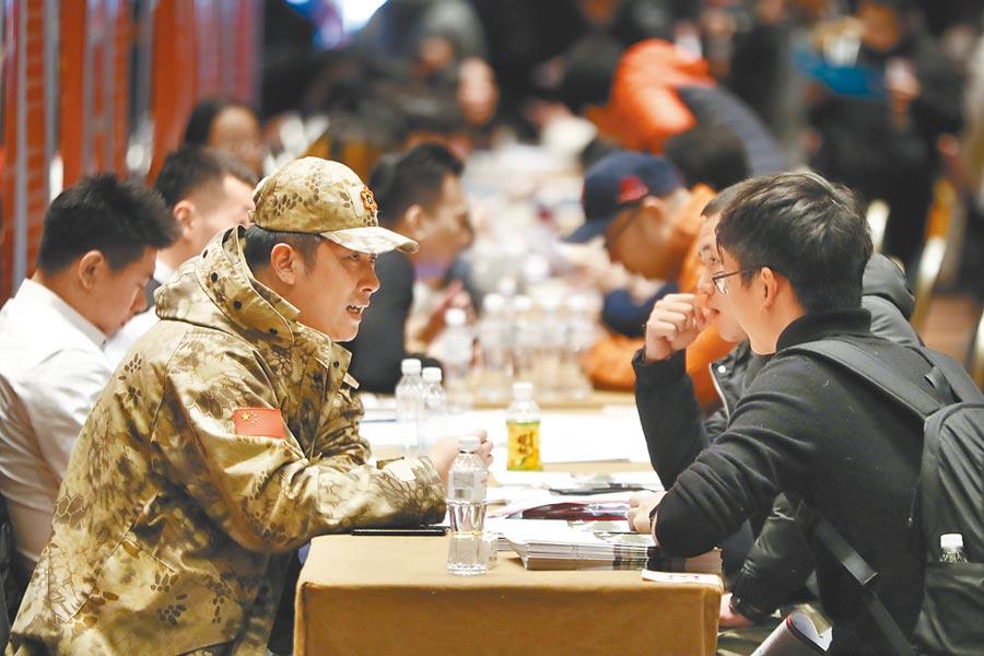 「2018年北京市退役軍人就業雙選會」,退役士兵到現場諮詢、應聘。(中新社資料照片)