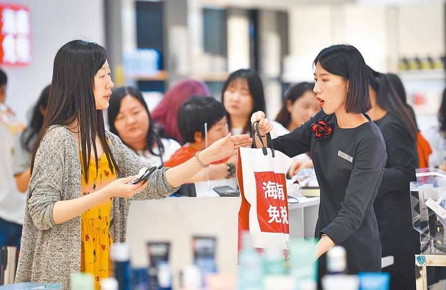 女性消費力高。圖為消費者在海口一免稅店購物。(新華社資料照片)