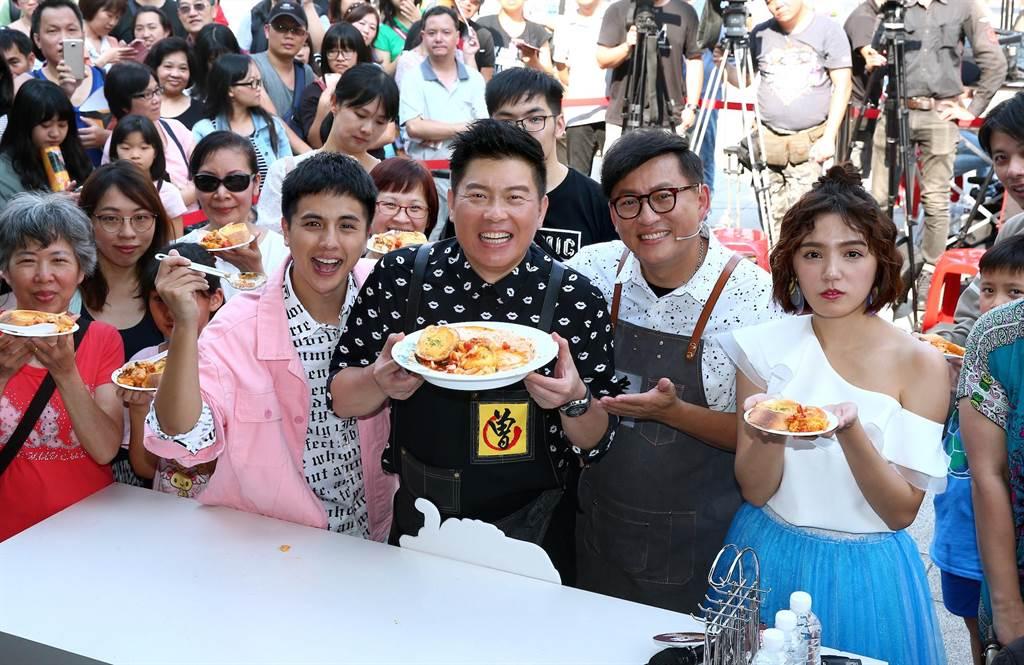 Dora、曾國城、詹姆士、曾子余母親節出席「超級食尚玩家大會師」活動。(粘耿豪攝)