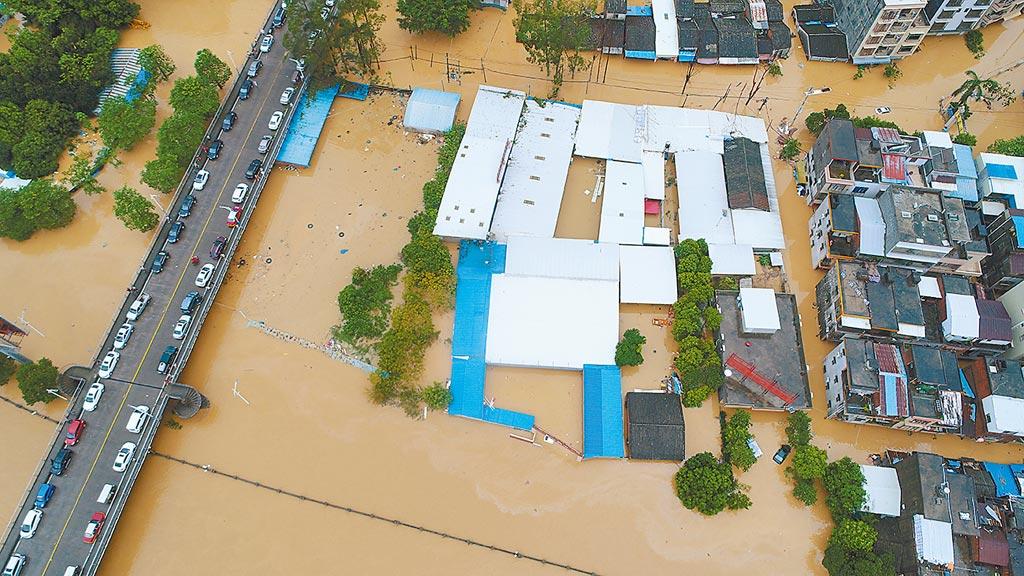 全球暖化效應,天災頻仍,圖為2018年9月17日,廣東陽春遭遇洪水多處被淹沒。(新華社)