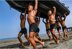 蛙人衝鬥艇 33度高溫爆肌舉146公斤橡皮艇