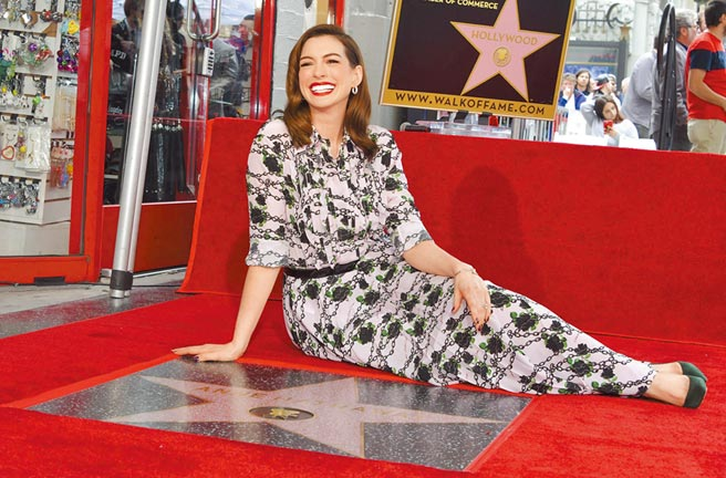 安海瑟薇出道多年,終於在好萊塢星光大道上留星。(法新社)