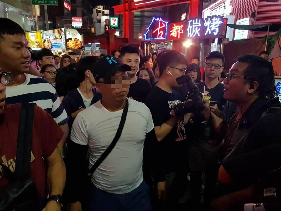 穿著白T恤、戴棒球帽(前左)疑似柯粉,疑對某媒體記者飆「你不要太臭屁,X你娘」字眼,爆發衝突。(張妍溱攝)