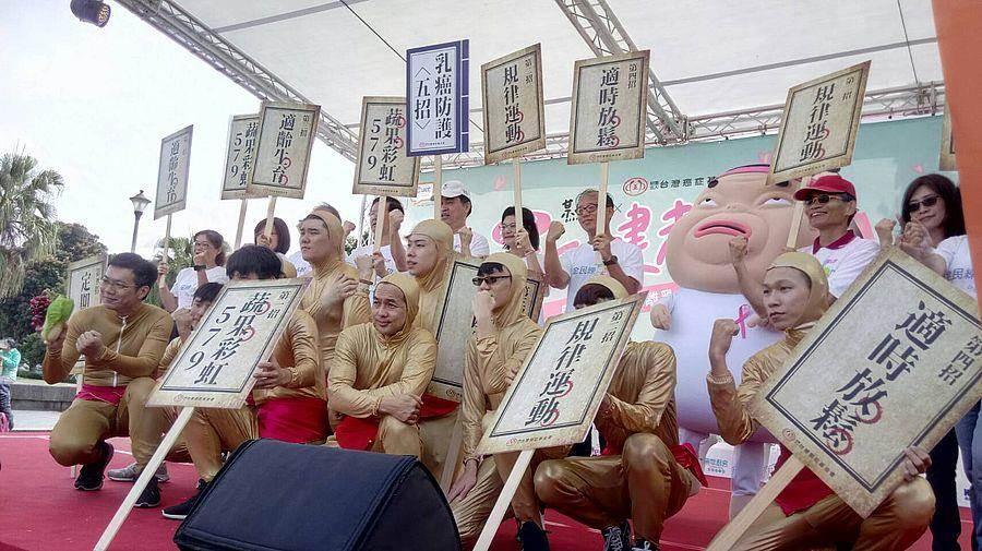 台北市邓家基副市长、台湾癌症基金会与某人日常带领10位金身铜人组成金身铜人阵,传授最新少林绝学「防癌护乳功法」。