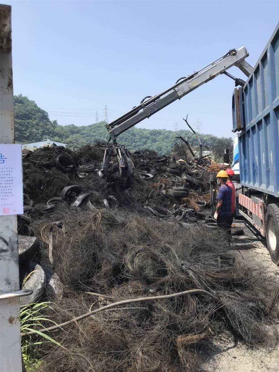 台中市環保局緊盯業者清除過程中,降低環境二次汙染及人員安全。(盧金足攝)