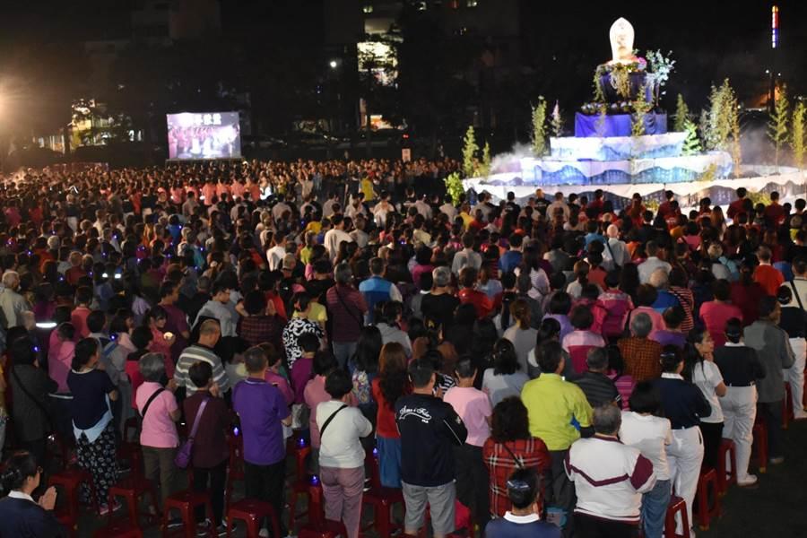 慈濟台中大甲聯絡處舉行浴佛大典,共4000人參與。(陳淑娥翻攝)